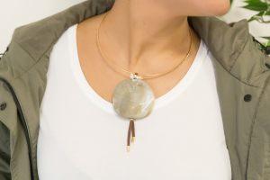 Gargantilla-rigida-resina-grande-ramillete-perlas