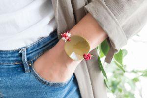 Pulsera-elastica-moneda-concava-resina-con-ramillete-perlas-jades-en-lateral