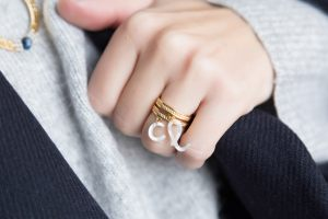 anillo-minimalista-inicial-nacar-little-things10