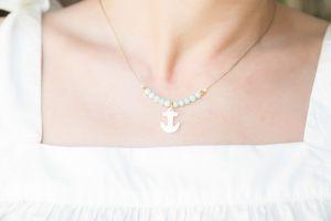 collar-corto-minimalista-jades-ancla-nacar