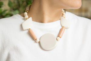 collar-corto-resinas-blanco-rosa-gris-lazo-terminales-bisuteria