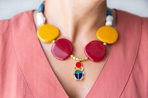 collar-resinas-bolas-facetadas-zamak-oro-mostaza-granate-escarabajo-multicolor-cadena-bisuteriapersonalizada3