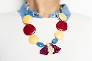 collar-resinas-mostaza-granate-azul-borlas-rafia-cadena-dorada-zamak-laton-bisuteria-personalizada-abalorios