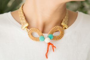 collar-trenza-rafia-bambú-resina-coral-bolas-pompones-zamak-dorado-bisuteria-personalizada