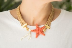 collar-trenza-rafia-estrella-de-mar-resina-coral-bolas-zamak-dorado-bisuteria-personalizada