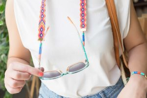 cuelga-gafas-cinta-etnica-efecto-macramé-discos-arcila-polimerica-moda-verano-tendencia-color6