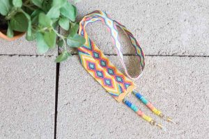 cuelga-gafas-cinta-etnica-efecto-macramé-discos-arcila-polimerica-moda-verano-tendencia-color