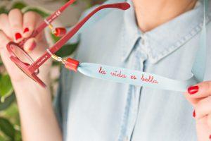 cuelga-gafas-lazo-personalizado-mensaje-positivo-terminal-resina-bisuter-personalizada6