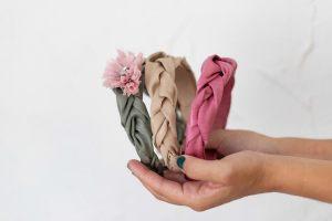 diadema-tocado-lazo-trenza-rafia-rosa-verde-beige-complemento-personalizado4