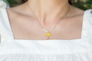 gargantilla-minimalista-perlas-mini-cruz-esmaltada-fluor-bisuteria-perosnalizada