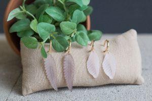 pendientes-aro-hojas-resina-rosa-gris