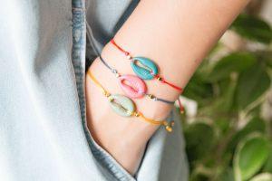 pulsera-concha-color-verano-hilo-bisuteria-personalizada-hilo-seda-macrame1